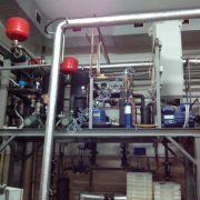 Охладительжидкости установлен в очень стеснённых условиях кондитерского цеха